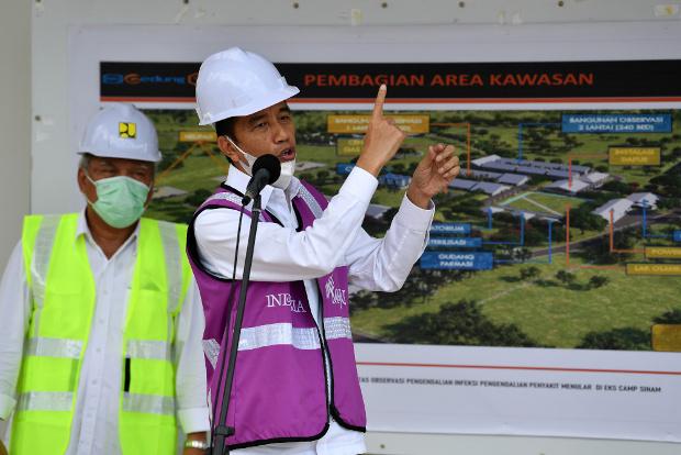 Indonesian President Joko Widodo menjelaskan dalam konferensi pers di Kepulauan Riau, 1 April 2020, mengenai pembangunan rumah sakit darurat untuk merawat pasien COVID-19. [Reuters]