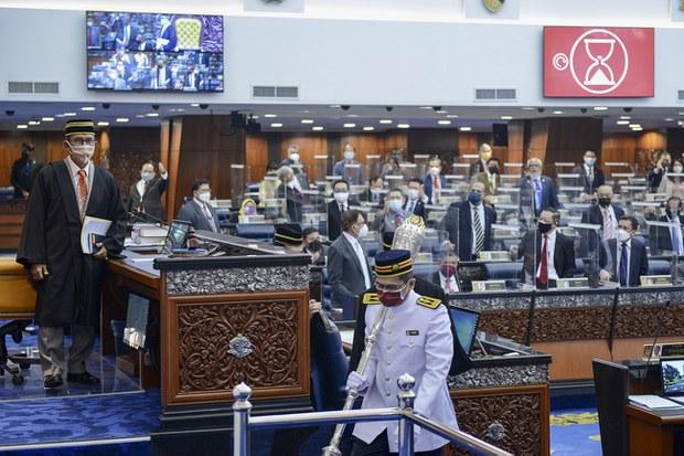 Ahli-ahli Parlimen dilihat berdiri sebagai tanda membantah pihak kerajaan selepas Istana Negara menegur kerajaan kerana membuat kenyataan yang mengelirukan badan perundangan itu, di Kuala Lumpur, 29 Julai 2012.