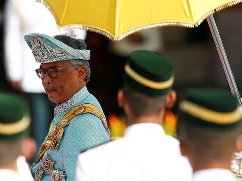 Yang di-Pertuan Agong baru Malaysia Al-Sultan Abdullah Ri'ayatuddin Al-Mustafa Billah memeriksa kawalan kehormat semasa istiadat sambutan rasmi di Bangunan Parlimen di Kuala Lumpur, 31 Januari 2019.