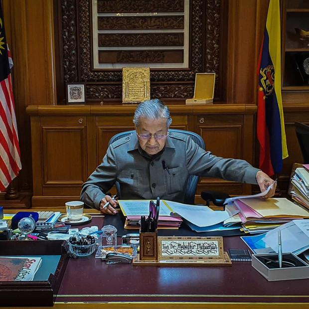 200225-MY-Inside-Mahathir-Kerja620.jpg