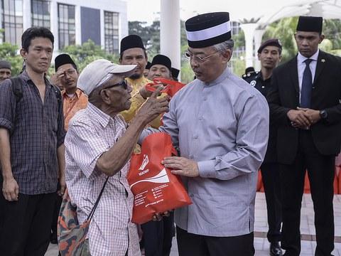 Yang di-Pertuan Agong Al-Sultan Abdullah Ri'ayatuddin Al-Mustafa Billah Shah berkenan mencemar duli menyantuni gelandangan di Masjid Jamek Sultan Abdul Samad, Kuala Lumpur, 25 Julai, 2019.