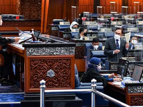 Ketua Pembangkang Anwar Ibrahim semasa membahaskan isu diskriminasi terhadap wanita Malaysia berhubung kerakyatan anak yang dilahirkan di luar negara pada sidang Dewan Rakyat, di Parlimen, Kuala Lumpur, 14 September, 2021.