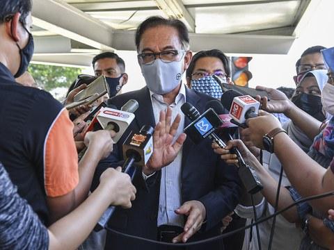 Anwar Ibrahim, Ketua Pembangkang dan juga Presiden Parti Keadilan Rakyat Malaysia (PKR) menjawab soalan media selepas hadir bertemu Ketua Pesuruhjaya Suruhanjaya Pencegahan Rasuah Malaysia (SPRM) di Ibupejabat SPRM di Putrajaya, 22 Mac, 2021.