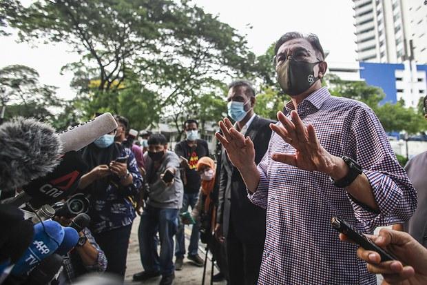 Presiden Parti Keadilan Rakyat (PKR) Anwar Ibrahim yang memakai penutup hidung dan mulut semasa ditemui media selepas dipanggil untuk memberi keterangan kepada pihak berkuasa, diluar bangunan Ibupejabat Polis Bukit Aman di Kuala Lumpur, 16 Oktober 2020.