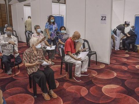 Sekumpulan warga tua sedang menunggu giliran untuk diberikan vaksin COVID-19 di Petaling Jaya, Selangor, 27 April 2021.