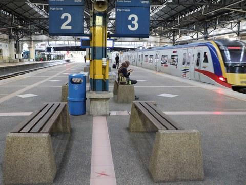 Penumpang sedang menunggu keretapi di Stesen Keretapi Komuter Kuala Lumpur, 3 Julai 2020.