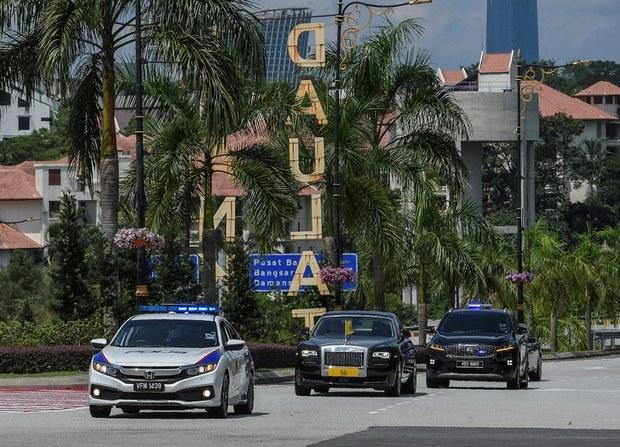 Sebuah limosin (tengah) yang membawa Sultan Kedah Al Aminul Karim Sultan Sallehuddin Sultan Badlishah memasuki kawasan Istana Negara di Kuala Lumpur sebelum bermulanya Perbincangan Khas Majlis Raja-Raja, 16 Jun 2021.