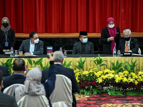 Speaker Dewan Negara Rais Yatim (tiga dari kanan) menyaksikan majlis menandatangani pakatan kerjasama antara Perdana Menteri Malaysia Ismail Sabri Yaakob (paling kanan) dan pemimpin pembangkang Pakatan Harapan Anwar Ibrahim (dua dari kiri) di bangunan Parlimen di Kuala Lumpur,13  Sept 2021.
