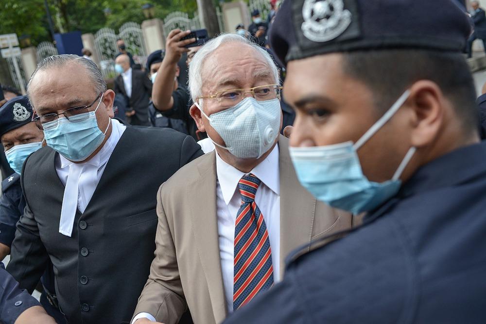 Bekas Perdana Menteri Malaysia Najib Razak tiba di Mahkamah Tinggi Kuala Lumpur untuk keputusan perbicaraan kes rasuah pertamanya yang berkaitan dengan skandal kewangan melibatkan anak syarikat 1MDB, SRC International, 28 Julai 2020.