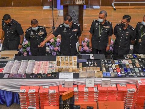 Ketua Polis Negara Abdul Hamid Bador menunjukan sesuatu kepada Ketua Polis Johor, Ayob Khan Mydin Pitchay (kiri) semasa sidang media di Ibupejabat Polis Bukit Aman, Kuala Lumpur, 30 Mac, 2021.