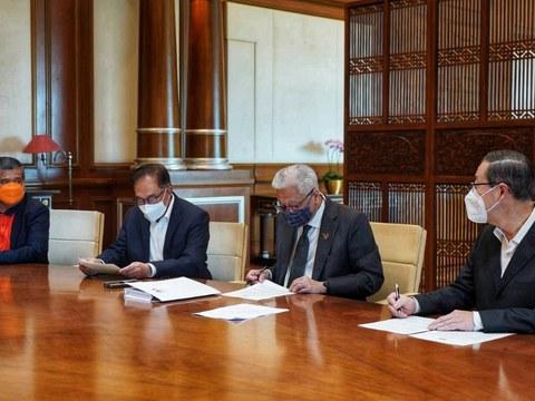 Perdana Menteri Malaysia Ismail Sabri Yaakob (dua dari kanan) membincangkan kerjasama dengan pemimpin pembangkang Presiden Parti Keadilan Rakyat Anwar Ibrahim (tiga dari kanan), Presiden Parti Amanah Negara Mohamad Sabu (paling kiri) dan Setiausaha Agung Parti Tindakan Demokratik Lim Guan Eng di Pejabat Perdana Menteri, Putrajaya pada 25 Ogos 2021.