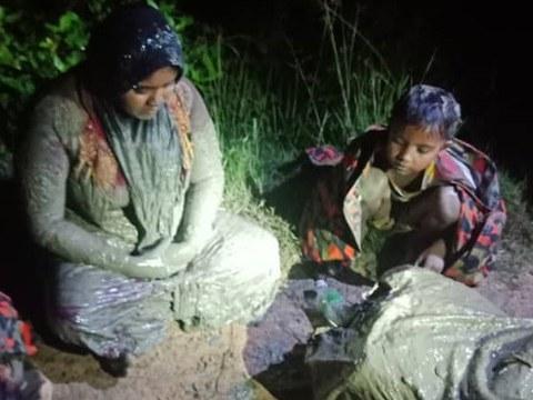 Seorang wanita Rohingya bersama anak-anaknya yang terperangkap dalam lumpur diselamatkan oleh pihak Bomba dan Penyelamat Selangor di sebuah kawasan pantai di Kapar, Selangor,  6 Januari, 2021.