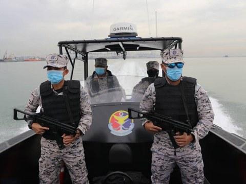 Anggota Agensi Penguatkuasaan Maritim Malaysia menggunakan bot pemintas untuk membuat rondaan di perairan Selat Melaka, berhampiran Sungai Serdang di Kapar, Selangor, yang kini menjadi lokasi terbaharu sindiket penyeludupan Rohingya dari Indonesia, 7 Januari, 2021.