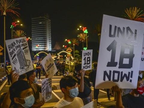 Protes menuntut supaya golongan muda berusia 18 ke 21 tahun dibenarkan mengundi di hadapan bangunan Parlimen di Kuala Lumpur, 30 April, 2021.