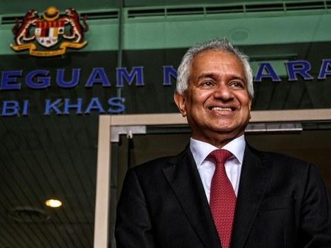Tommy Thomas bergambar di luar pejabatnya di Putrajaya selepas dilantik sebagai Peguam Negara Malaysia, 6 Jun 2018.