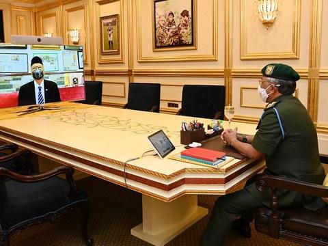Perdana Menteri Ismail Sabri Yaakob (kiri) kelihatan di skrin komputer semasa mesyuarat pra-Kabinet secara maya dengan Yang di-Pertuan Agong Al-Sultan Abdullah Ri'ayatuddin Al-Mustafa Billah di Kuala Lumpur, 1 Sept 2021.
