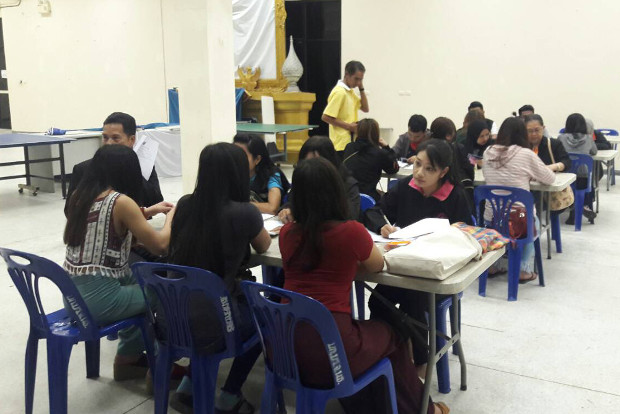 เจ้าหน้าที่กลุ่มสหวิชาชีพหลายฝ่ายร่วมกันสอบคัดแยกหญิงลาว 53 คน ที่ถูกให้ค้าบริการในร้านคาราโอเกะ ในเขตเทศบาลเมืองนราธิวาส วันที่ 9 พ.ย. 2561