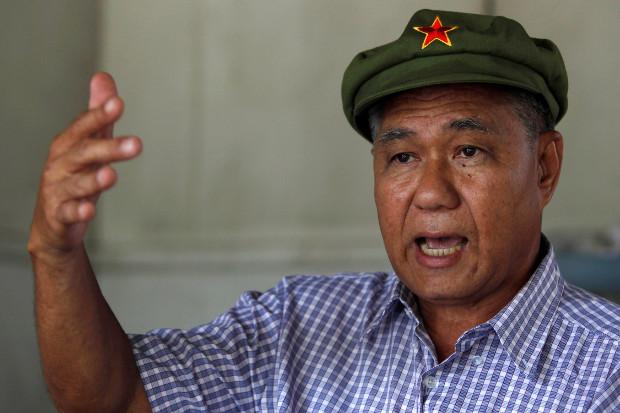นาย สุรชัย ด่านวัฒนานุสรณ์ หรือ สุรชัย แซ่ด่าน อดีตสมาชิกพรรคคอมมิวนิสต์และนักโทษการเมือง ขณะให้สัมภาษณ์ที่บ้าน ในกรุงเทพ ฯ วันที่ 25 สิงหาคม 2553 (รอยเตอร์)