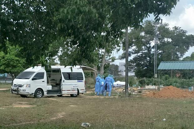 เจ้าหน้าที่นำศพชายผู้เสียชีวิตจากโควิด-19 ที่กุโบร์สรายอ ไปฝังที่กุโบร์บ้านสรายอ ในเขตเทศบาลเมืองสุไหงโก-ลก จังหวัดนราธิวาส วันที่ 27 มีนาคม 2563 [มาตาฮารี อิสมาแอ/เบนาร์นิวส์]