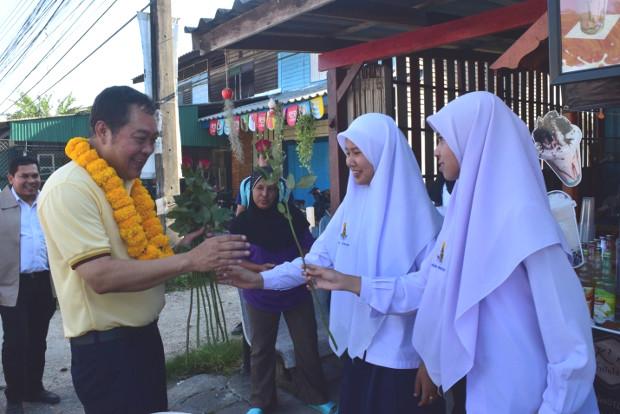 พ.ต.อ.ทวี สอดส่อง เลขาธิการพรรคประชาชาติ รับดอกไม้จากนักเรียนในระหว่างการหาเสียง ในจังหวัดปัตตานี วันที่ 2 มีนาคม 2562 (มารียัม อัฮหมัด/เบนาร์นิวส์)