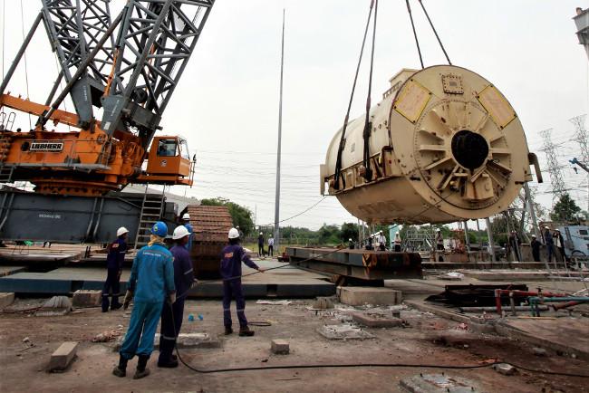 เจ้าหน้าที่การไฟฟ้าฝ่ายผลิตแห่งประเทศไทย (กฟผ.) ถอดเครื่องกำเนิดไฟฟ้าดีเซล ที่โรงไฟฟ้าหนองจอก กรุงเทพฯ ภาพเมื่อ 27 เมษายน 2554 ก่อนเตรียมส่งไปให้ประเทศญี่ปุ่นยืมใช้บรรเทาปัญหาการขาดแคลนพลังงาน จากความเสียหายจากแผ่นดินไหวและสึนามิ (รอยเตอร์)