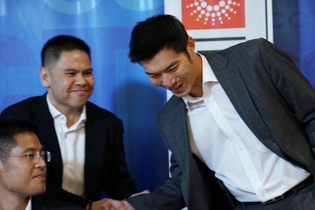 นายธนาธร จึงรุ่งเรืองกิจ (ขวา) จับมือกับตัวแทนนักการเมืองพรรคเพื่อไทย และพรรคชาติพัฒนา เมื่อวันที่ 4 เมษายน (ภิมุข รักนาม/เบนาร์นิวส์)