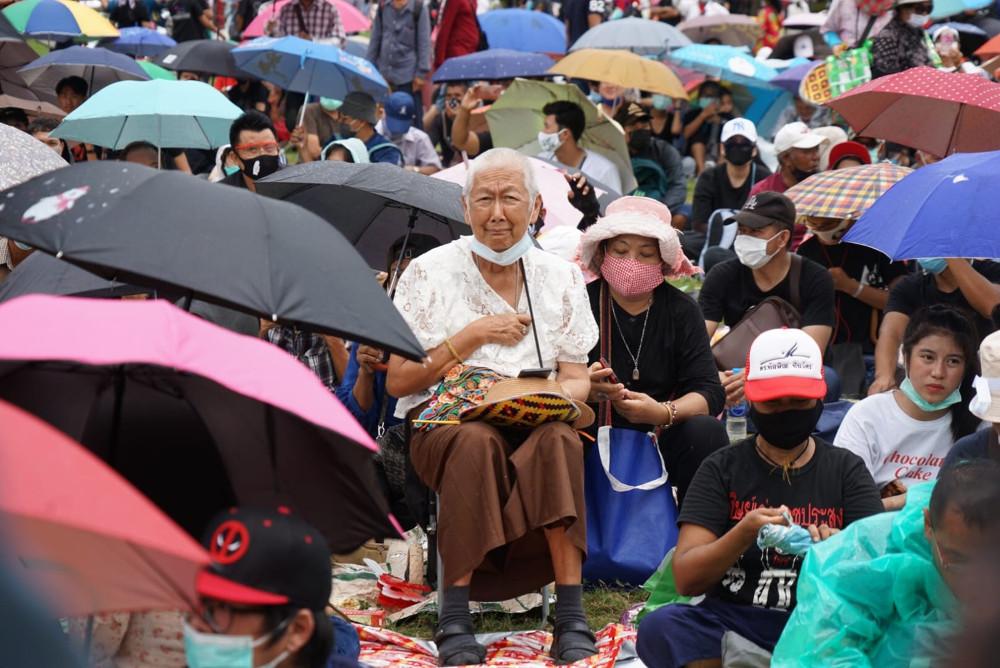 ประชาชนไทยต่างรุ่นต่างวัยร่วมกับกลุ่มนักศึกษาในการชุมนุมต้านรัฐบาล แม้สภาพอากาศไม่อำนวย เพราะฝนตกลงมาเป็นช่วงๆ ในกรุงเทพฯ วันที่ 19 กันยายน 2563 (นนทรัฐ ไผ่เจริญ/เบนาร์นิวส์)