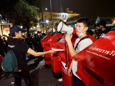 """กลุ่มผู้ชุมนุม """"ราษฎร"""" หลายพันคนเดินเท้าจากอนุสาวรีย์ประชาธิปไตยไปยังพระบรมมหาราชวัง เพื่อยื่น """"ราษฎรสาส์น"""" ถวายในหลวง ร.10 กรุงเทพฯ วันที่ 8 พฤศจิกายน 2563"""