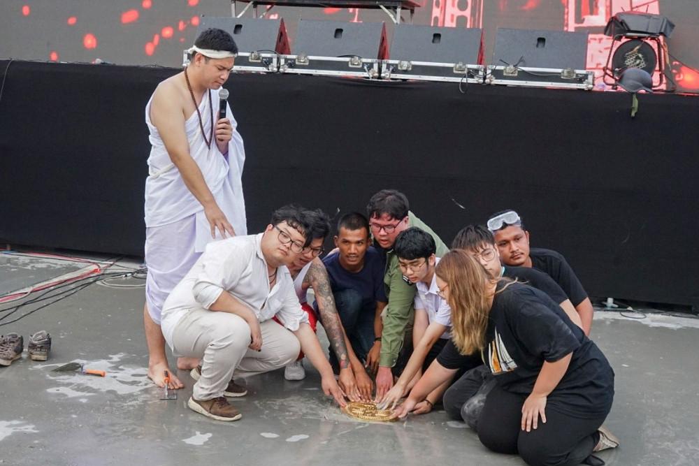 """กลุ่มแนวร่วมธรรมศาสตร์และการชุมนุม ทำการปัก """"หมุดคณะราษฎร์ 2"""" ที่หน้าเวทีที่ใช้ปราศัยในสนามหลวง วันที่ 20 กันยายน 2563 (นนทรัฐ ไผ่เจริญ/เบนาร์นิวส์)"""