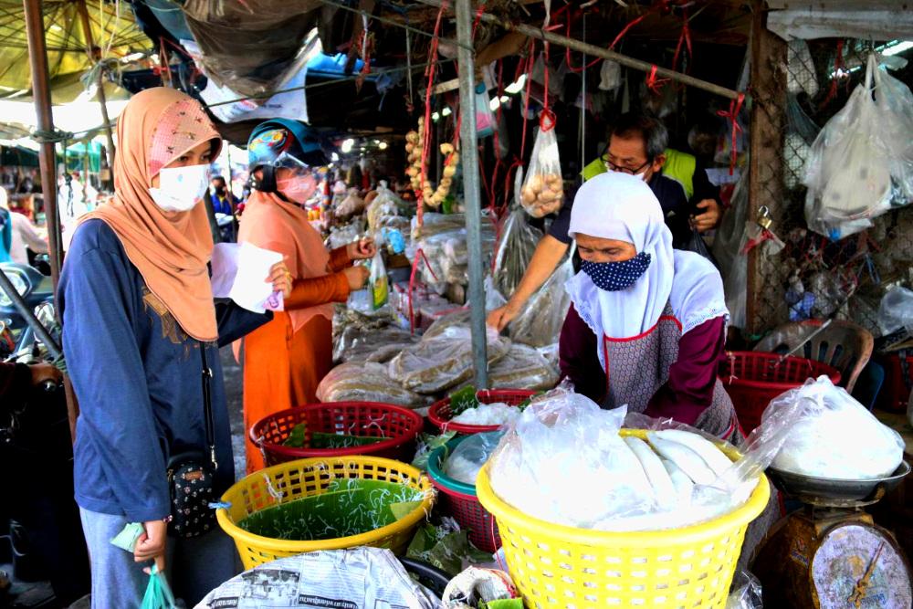 ประชาชนออกมาจับจ่ายซื้อหาอาหารที่ตลาดสด อ.เมือง จ.ยะลา เพื่อเตรียมละศีลอดในช่วงตะวันตกดิน วันที่ 24 เมษายน 2563 (เบนาร์นิวส์)