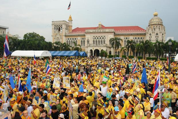 ผู้ร่วมชุมนุมพันธมิตรฯ หลายพันคนชุมนุมยึดทำเนียบรัฐบาลเพื่อประท้วงและกดดันให้นายสมัคร สุนทรเวช นายกรัฐมนตรีลาออกจากตำแหน่ง วันที่ 28 สิงหาคม 2551 (เบนาร์นิวส์)