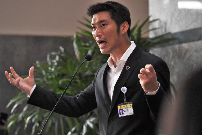 ผู้นำพรรคอนาคตใหม่ ธนาธร จึงรุ่งเรืองกิจ กล่าวกับสื่อมวลชน ก่อนการลงคะแนนเสียงในการประชุมร่วมรัฐสภา เพื่อโหวตเลือกนายกรัฐมนตรี ในกรุงเทพฯ วันที่ 5 มิถุนายน 2562 (เอเอฟพี)