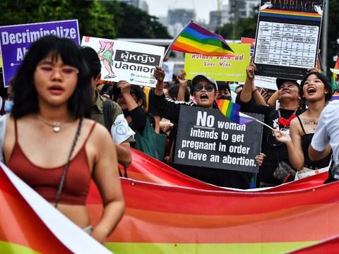 นักเคลื่อนไหวร่วมชุมนุมเดินขบวน เพื่อสนับสนุนประเด็นของกลุ่มผู้หญิง กลุ่มบุคคลที่มีความหลากหลายทางเพศ และอื่น ๆ ในกรุงเทพฯ วันที่ 7 พฤศจิกายน 2563