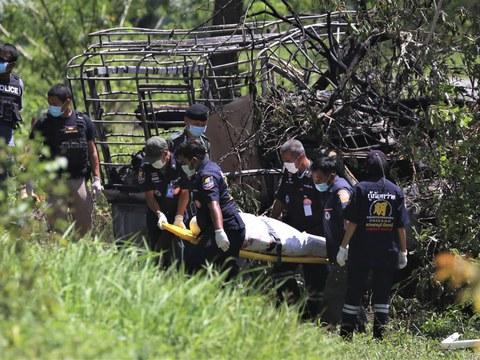 เจ้าหน้าที่ตำรวจกู้ศพจากซากระบะ ที่ผู้ต้องสงสัยก่อความไม่สงบเผาจนเหลือแต่โครงรถ ในอำเภอสายบุรี จังหวัดปัตตานี วันที่ 24 เมษายน 2564