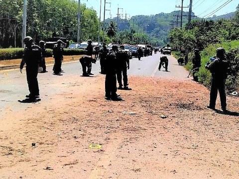 เจ้าหน้าที่ตรวจสอบที่เกิดเหตุ คนร้ายลอบวางระเบิด คืนก่อนหน้านี้ ที่มี อส.เมืองยะลา และชุดรักษาหมู่บ้าน เจ็บ 7 ราย ใน อ.บันนังสตา ยะลา วันที่ 19 มีนาคม 2564