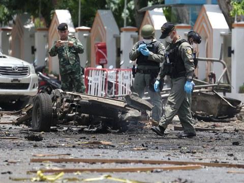 เจ้าหน้าที่ตรวจจุดเกิดเหตุระเบิดที่หน้าศูนย์อำนวยการบริหารจังหวัดชายแดนภาคใต้ ในจังหวัดยะลา ซึ่งมีผู้ได้รับบาดเจ็บกว่า 20 ราย วันที่ 17 มีนาคม 2563