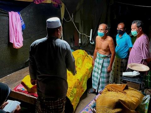 ญาติและเพื่อนบ้านพูดคุยเรื่องการทำพิธีฝังศพ นายซอพวัง เต๊ะ ผู้ช่วยผู้ใหญ่บ้าน หมู่ที่ 2 ตำบลท่าน้ำ ที่ถูกยิงเสียชีวิตในบ้านพักของตนเอง ในอำเภอปะนาเระ ปัตตานี วันที่ 24 กันยายน 2564