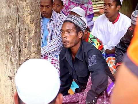 """นากอ หัวหน้ากลุ่ม """"กลุ่มออแรสาแก"""" เข้ารับศาสนาอิสลาม ที่บ้าน ในพื้นที่ตำบลช้างเผือก อำเภอจะแนะ จังหวัดนราธิวาส โดยใช้ชื่อใหม่ว่านายอับดุลอาซิ อับดุลเลาะ วันที่ 3 กุมภาพันธ์ 2564"""