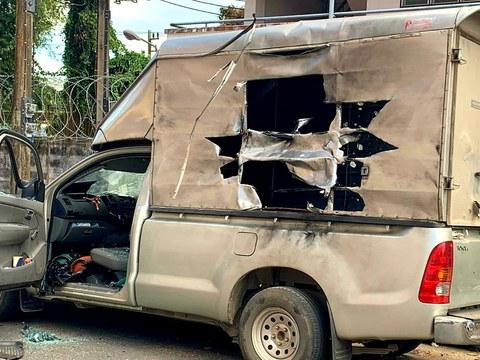 สภาพรถยนต์กระบะที่ถูกคนร้ายนำมาประกอบระเบิดมาจอดหลัง สภ.รามัน แต่เจ้าหน้าที่ยิงทำลายได้เสียก่อน วันที่ 12 มีนาคม พ.ศ. 2564