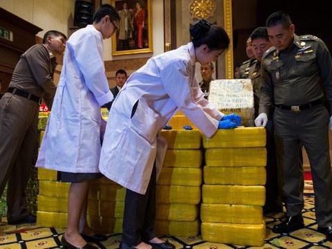 พล.อ.จักรทิพย์ ชัยจินดา ผู้บัญชาการตำรวจแห่งชาติไทย (ในขณะนั้น) (ที่สองจากขวา) พร้อมเจ้าหน้าที่ ขณะตรวจเช็คยาเสพติด รวมทั้งเมทแอมเฟตามีน ระหว่างการแถลงข่าว ในกรุงเทพฯ วันที่ 11 พฤษภาคม 2561