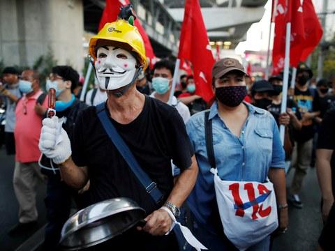 ผู้ประท้วงต่อต้านรัฐบาลสวมหน้ากากเดินขบวนประท้วง เรียกร้องให้ปล่อยตัวแกนนำที่ถูกจับกุมด้วยข้อหาหมิ่นพระบรมฯ ในกรุงเทพฯ วันที่ 6 มีนาคม 2564