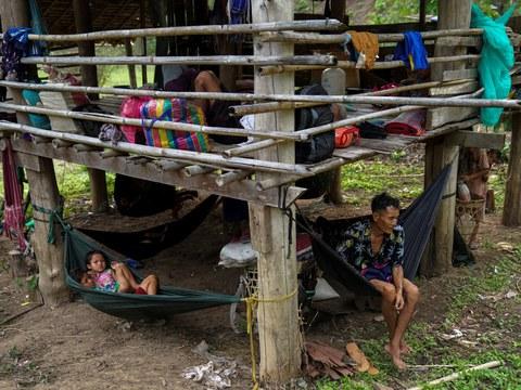 ชาวบ้านที่หลบหนีจากค่ายผู้พลัดถิ่น พื้นที่อีตูท่า ในเมียนมา พักอยู่ใกล้ชายแดน ในจังหวัดแม่ฮ่องสอน ขณะหลบหนีจากเสียงปืนปะทะกัน ระหว่างกองกำลังชาวกะเหรี่ยงและทหารเมียนมา วันที่ 29 เมษายน 2564