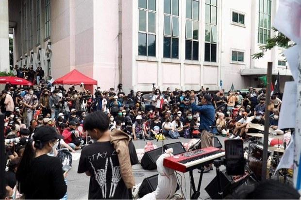 th-oct6-massacre-crowd-1000-6.jpg