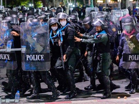 เจ้าหน้าที่ตำรวจปราบจลาจล ขณะพยายามสลายกลุ่มผู้ประท้วงต่อต้านรัฐบาล ที่กรุงเทพฯ วันที่ 20 มีนาคม พ.ศ. 2564