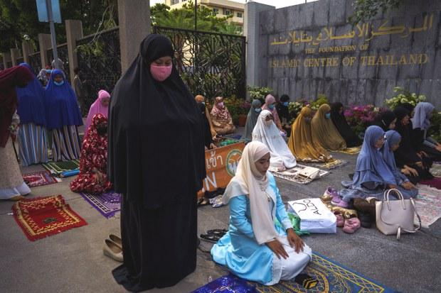 ชาวไทยมุสลิมวิจารณ์สำนักจุฬาฯ เชิญชวนทุกมัสยิดอ่านคุตบะห์เฉลิมพระเกียรติ