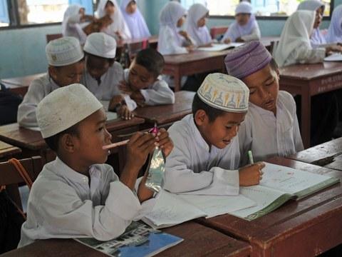 เด็กนักเรียนมุสลิม ขณะอยู่ในห้องเรียน ที่โรงเรียนสอนศาสนาและภาษายาวีแห่งหนึ่ง ในอำเภอสายบุรี จังหวัดปัตตานี ภาพเมื่อวันที่ 28 สิงหาคม 2557
