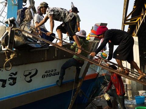 แรงงานข้ามชาติตระเตรียมเรือประมงก่อนออกทะเลอีกครั้ง ที่ท่าเรือ จังหวัดสมุทรสาคร วันที่ 22 มกราคม 2561