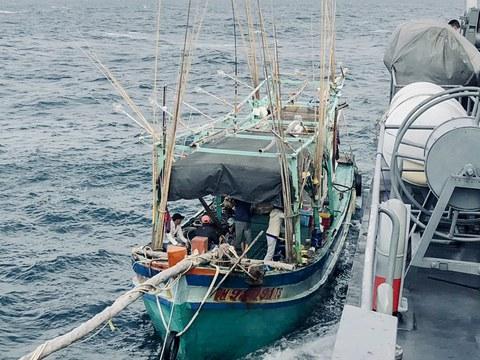 ทหารเรือบนเรือหลวงล่องลม ยึดเรือประมงเวียดนามที่เข้ามาทำการประมงโดยผิดกฎหมายในน่านน้ำไทย 143 ไมล์ จากบริเวณปากร่องน้ำ จังหวัดสงขลา วันที่ 6 มกราคม 2564